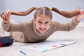 Menina, mostrando que ela subiu à cabeça — Fotografia Stock