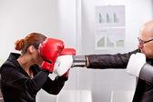 Uomo che prova a pugni una donna in un match di casella — Foto Stock