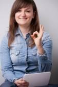 улыбающаяся женщина с цифровой таблеткой — Стоковое фото