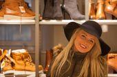 Blonde woman shopping touring in Europe — Fotografia Stock