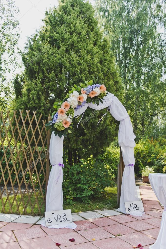 Decorado com flores e entrada arco de tecido para o jardim for Arco decorativo jardin