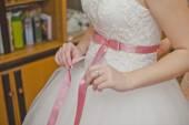 Proces van kleding van een trouwjurk 899. — Stockfoto