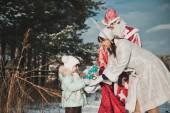 Ded Moroz and Snegurochka with gifts 1459. — Stock Photo