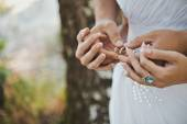 Hands with wedding rings 1603. — Stock Photo