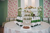 Glasses a pyramid with soaring wine and cherries 2189. — Stockfoto