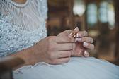 Wedding rings in hands 2473. — Stock Photo