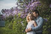 Newly-married couple among lilac bushes 3152. — Stock Photo