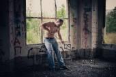 El musculoso joven rasga las cadenas 3488. — Foto de Stock