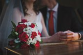 The bouquet on the background of the newlyweds 3551. — Stock Photo