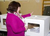 Woman voting — Stock Photo