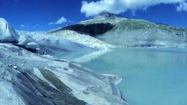 Turquoise glacier lake — Stock Video