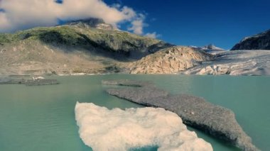 Glacier lake and melting ice — Stock Video