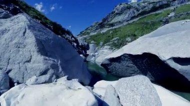 Flying through canyon — Stock Video