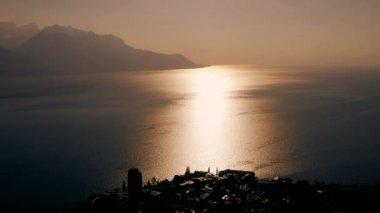 Jezero scenérie při západu slunce. — Stock video