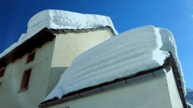 Village houses covered with snow — Stockvideo