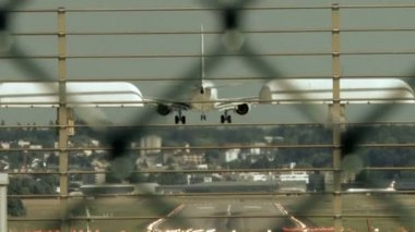 Plane arriving to airport — Stock Video