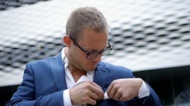 Handsome caucasian businessman in glasses and suit — Vídeo stock