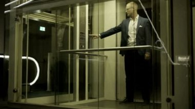 Young attractive businessman using elevator — Stock Video