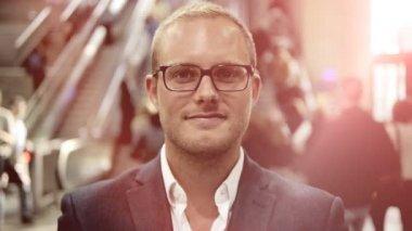 Young caucasian businessman facing camera — Stock Video