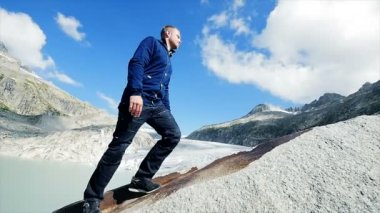 Hiker walking alone in mountain — Vídeo Stock