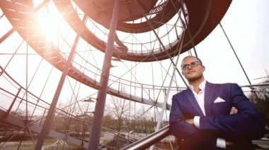 Businessman standing on stairway — Stock Video