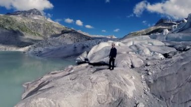 Man standing alone in glacier mountain panorama — Stock Video