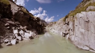 Man standing alone in beautiful canyon — Stock Video