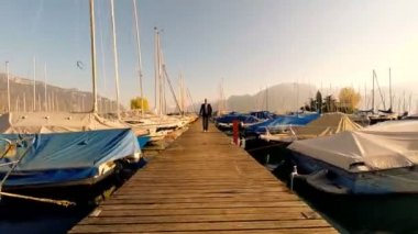 Young businessman walking among the yachts and boats — Stock Video