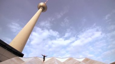 Woman standing on the roof near the berlin city tower — Vídeo de stock