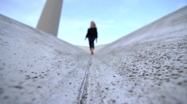 Woman walking on the top of a roof — Vídeo de stock