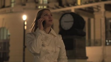 Woman talking on the mobile phone — Stock Video