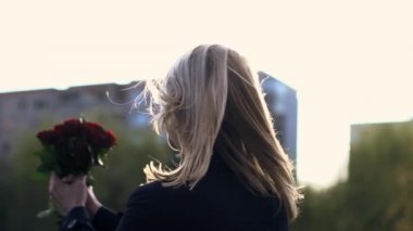 Blond woman spinning around with bouquet of roses — Stock Video