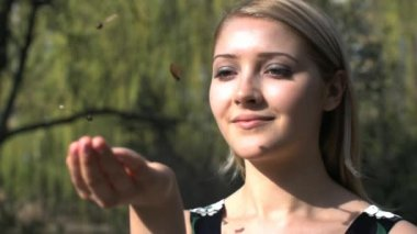 Woman catching falling  autumn leaves in her hand — Vidéo