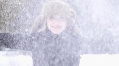 Woman enjoying winter day — Stock Video