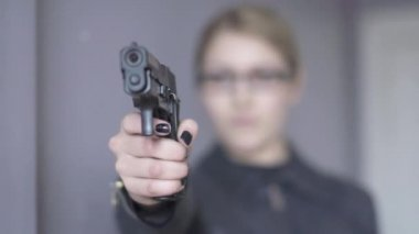 Woman officer using gun — Stock Video