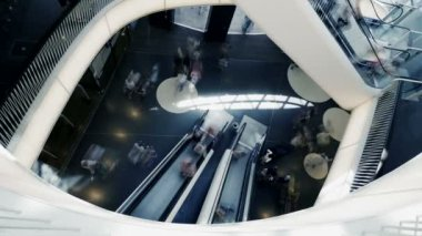 Gente en las escaleras mecánicas en el centro comercial — Vídeo de Stock