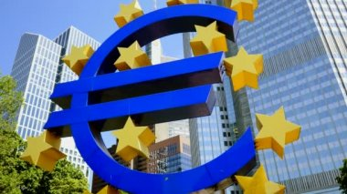 Euro sign in front of bank — 图库视频影像