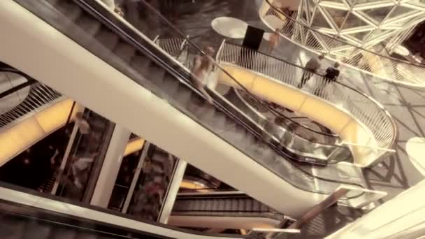 Gente en la escalera mecánica en movimiento — Vídeo de stock