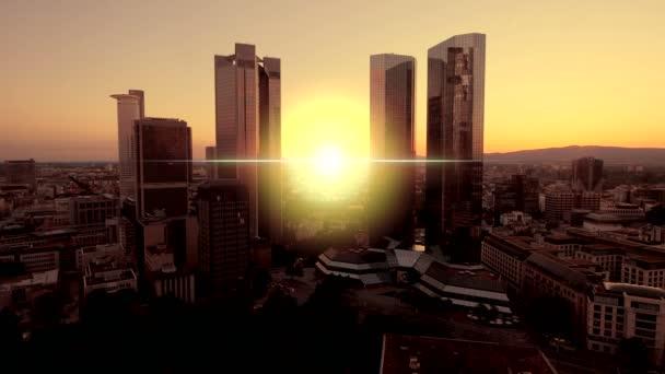 Futurista skyline al atardecer — Vídeo de stock