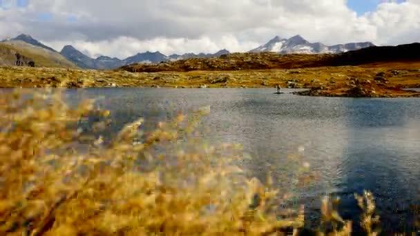 Paisaje de montaña con lago — Vídeo de stock
