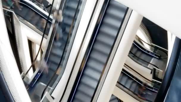 Gente de escaleras mecánicas en el centro comercial — Vídeo de stock