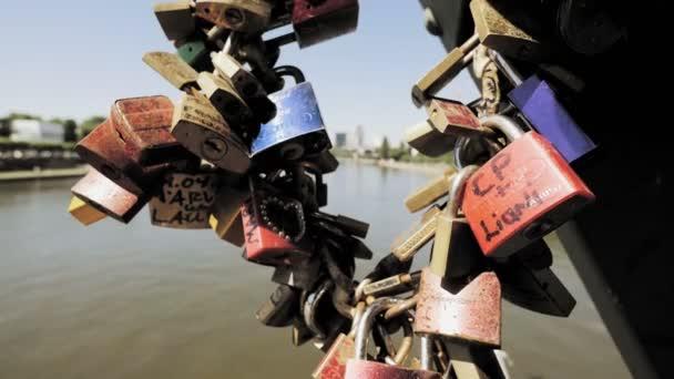 Serrures d'amour sur le pont — Vidéo