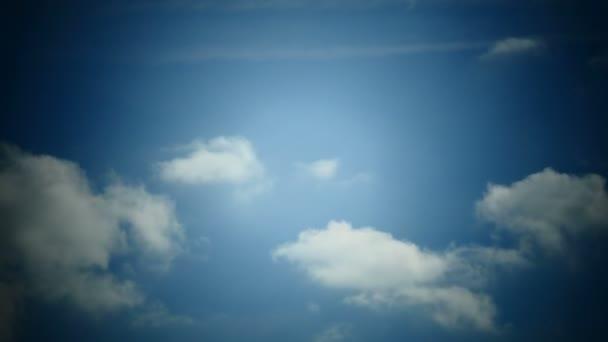 Nubes moviéndose en el cielo azul — Vídeo de stock
