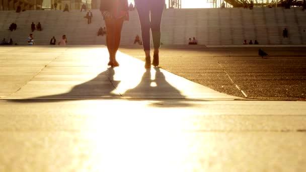 Mujeres caminando en la calle — Vídeo de stock