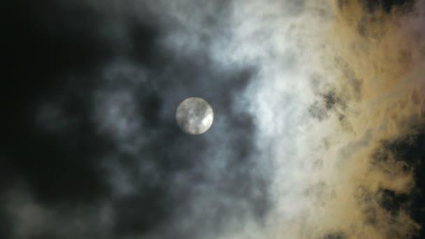 El sol y nubes en el cielo — Vídeo de stock