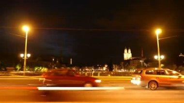 Tráfico de la ciudad por la noche — Vídeo de stock