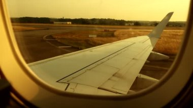 Window view of airplane landing — Vídeo stock