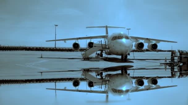 Pie de avión en la pista del aeropuerto — Vídeo de stock