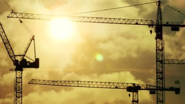 Silueta de la construcción de grúas — Vídeo de stock