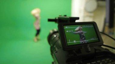 За кулисами женщина на зеленом фоне — Стоковое видео